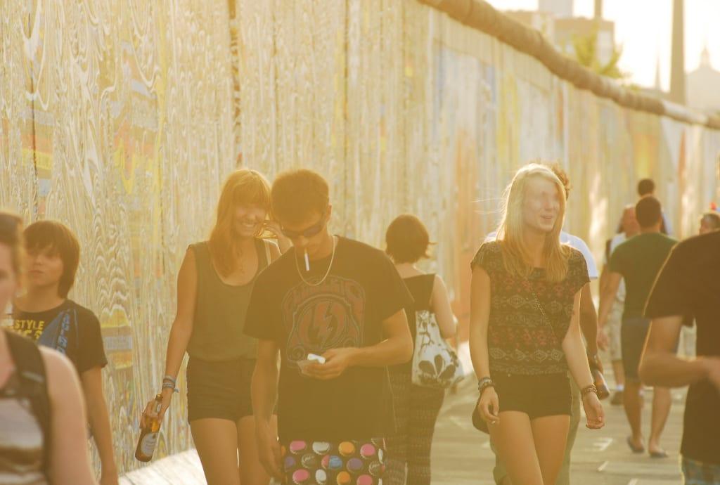 Junge Menschen vor bunt bemalter Mauer