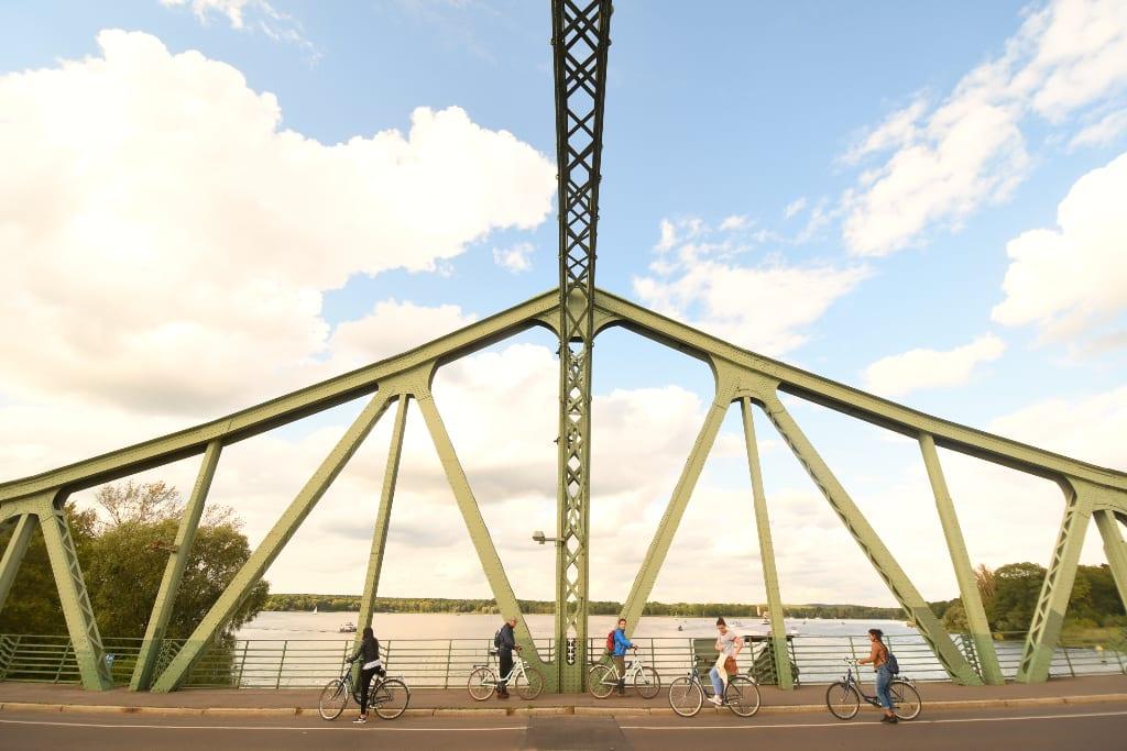 Brücke mit Fahrradfahrern