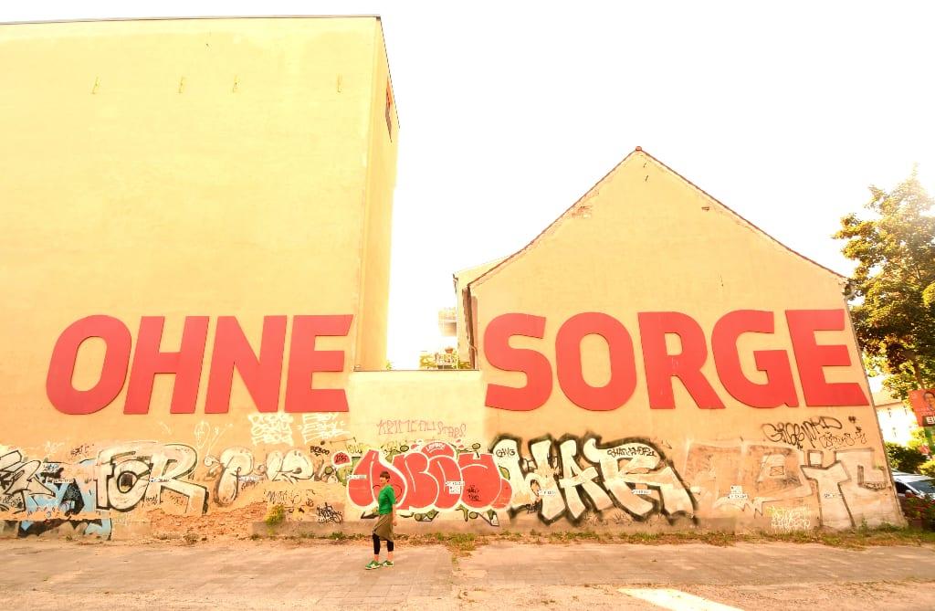 """Auf einer Mauer steht """"Ohne Sorge"""""""