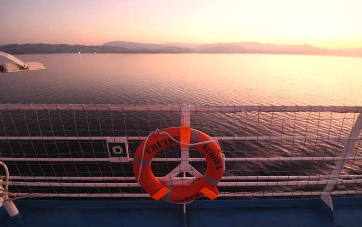 Rettungsring eines Schiffes mit Sonnenaufgang