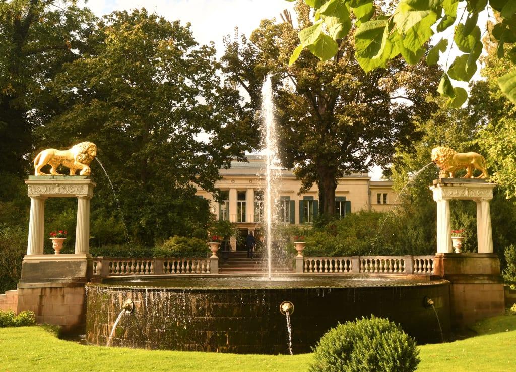 Park mit Brunnen und Schloss