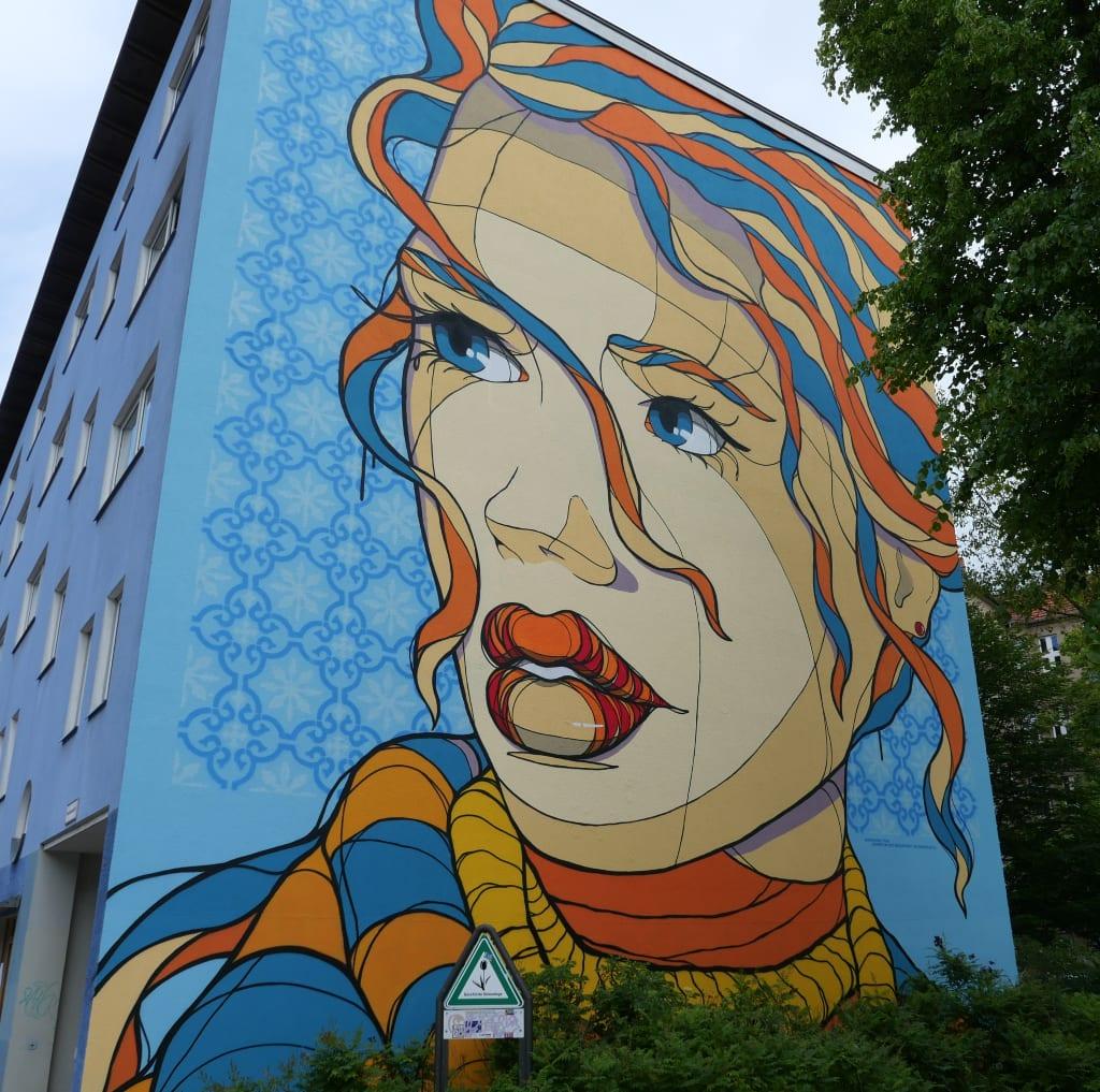 Riesiges Mural mit Porträt einer Frau
