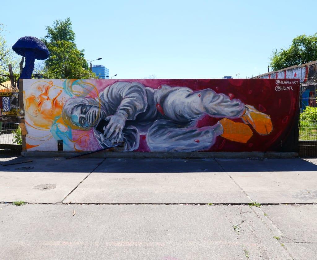 Mural mann mit Maske schaut in sein Handy