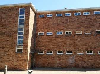 Backsteingebäude mit kleinen Fenstern