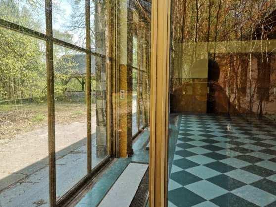 Blick in eine Villa mit Panoramafenster