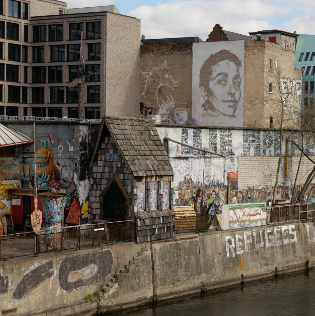 Ufer mit Open-Air-Club und Street Art am Wasser