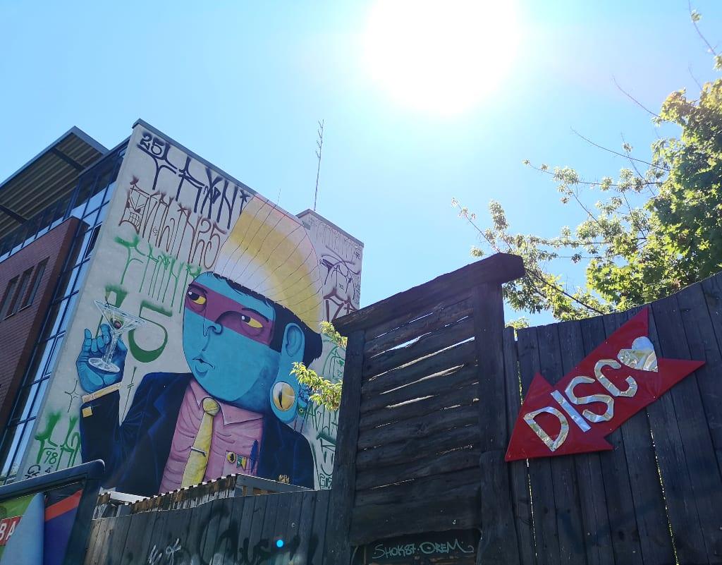 Mural von einem blauen Indianer an einer Hauswand