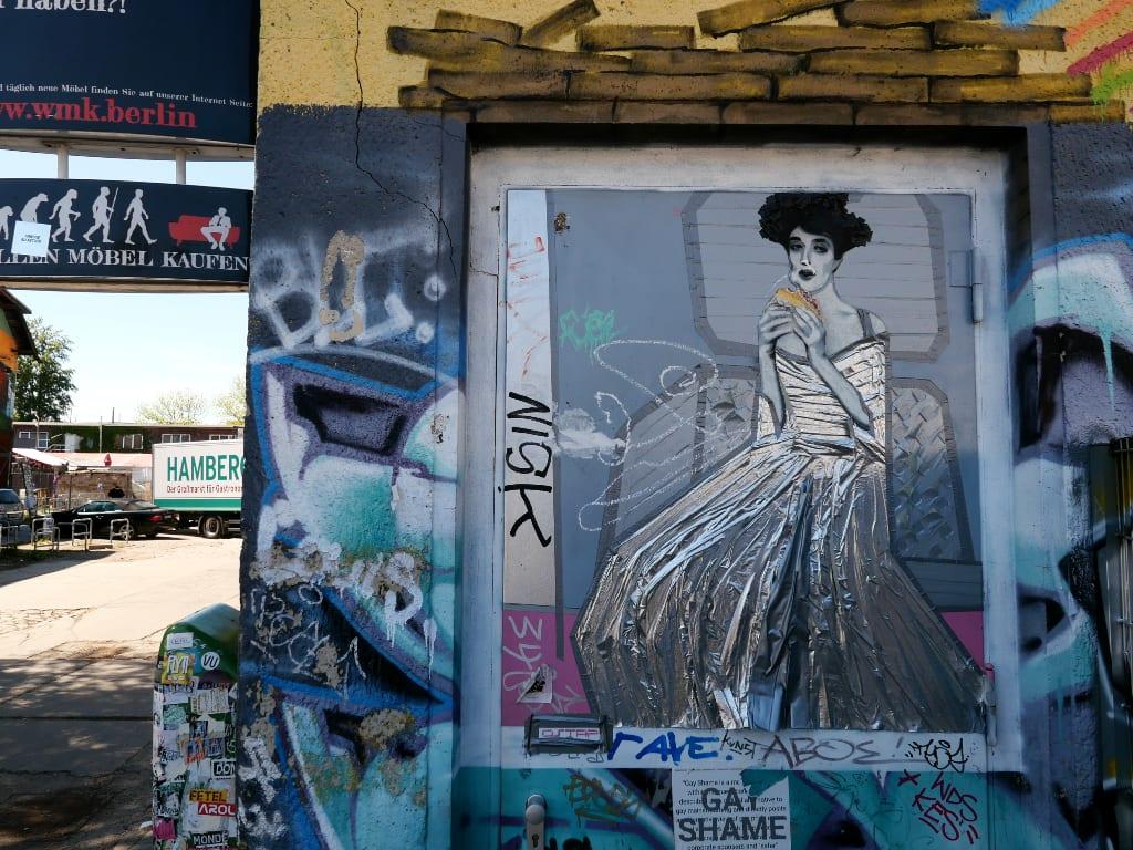 Street Art Frau mit silbernem Kleid isst Döner