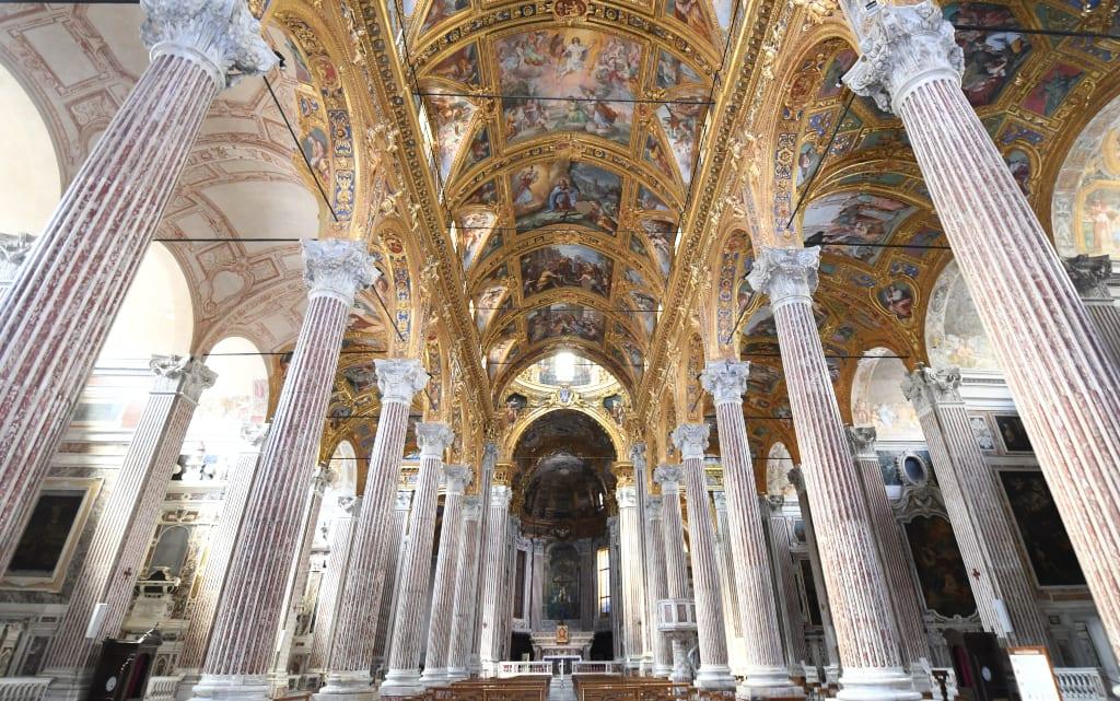 Prächtige Kirche mit Säulen und Gold