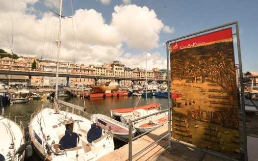 Hafen mit Booten und Tafel