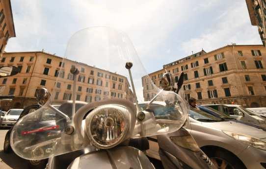 Roller und im Hintergrund italienische Häuser