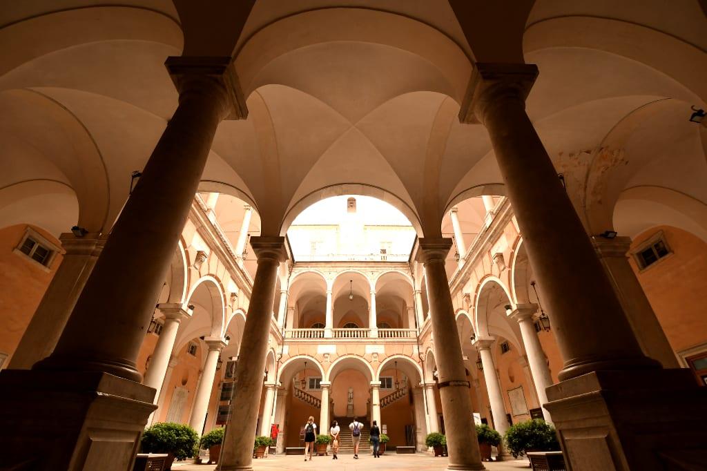 Prächtiger Innenhof eines Palasts