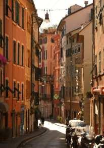 Enge Straße in einer Stadt