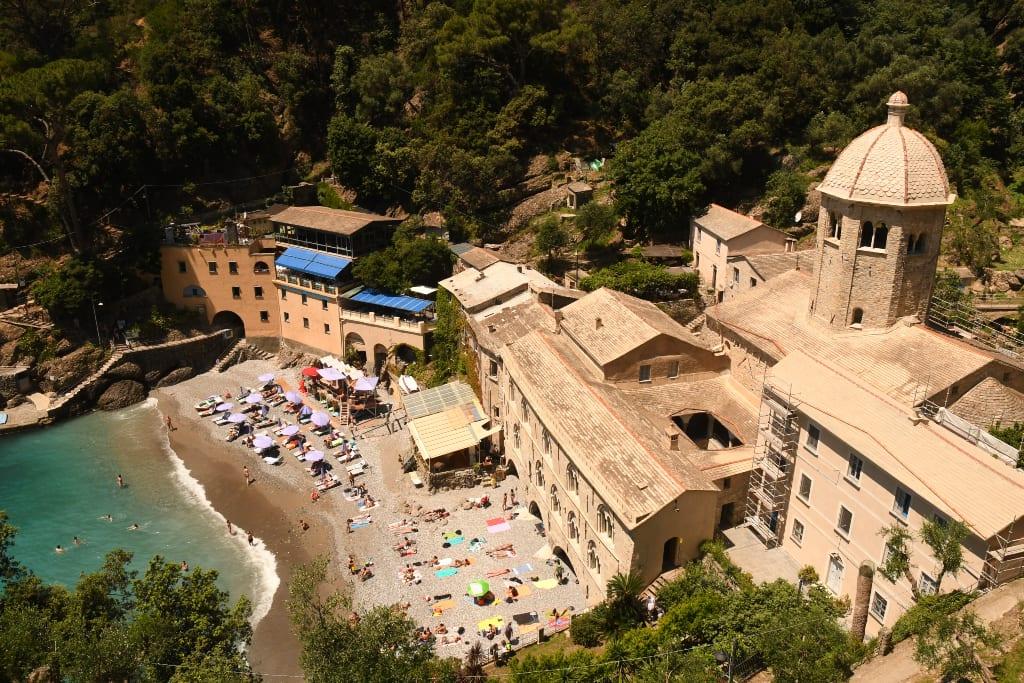 Klosteranlage an einem Strand