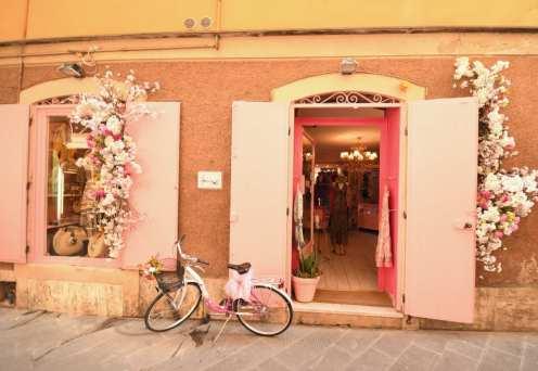 Fahrrad steht vor einem hübschen Laden