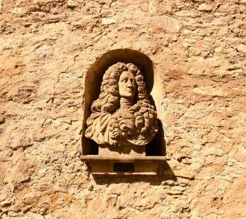 Mauer mit Nische und Büste