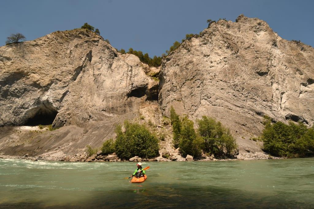Paddler auf türkisfarbenem Fluss