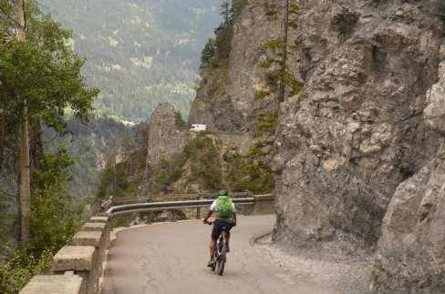 Kurvige Straße mit Radfahrer