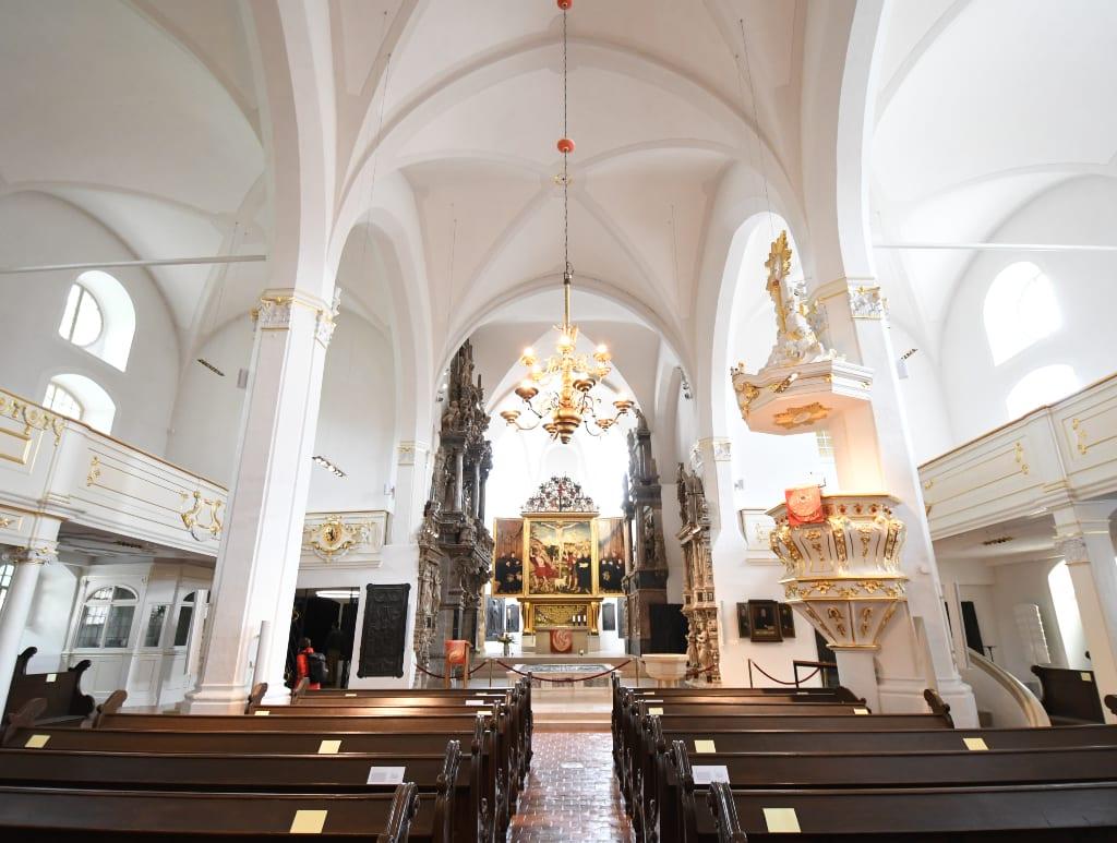 Kirche mit schönem Flügelalter