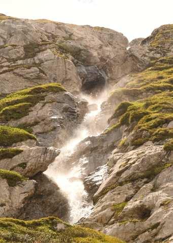 Wasserfall zwischen Felsen