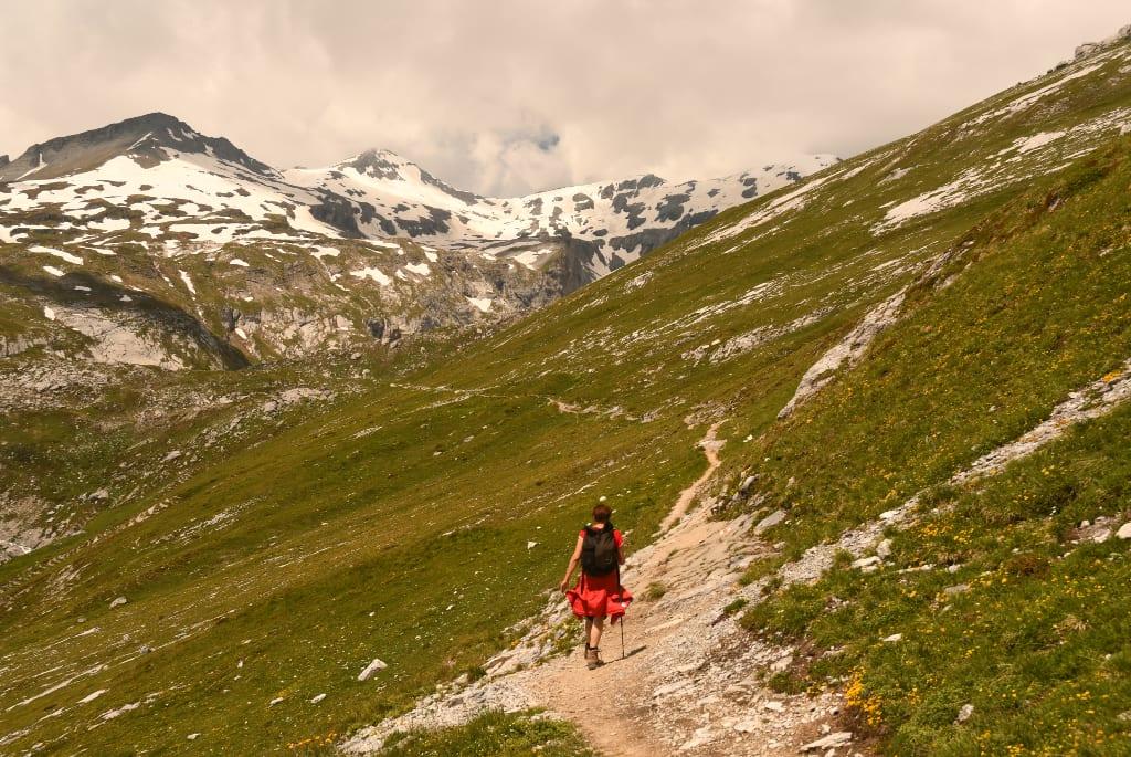Frau läuft auf Wanderweg in den Bergen