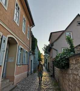 Mann läuft durch Altstadtgasse