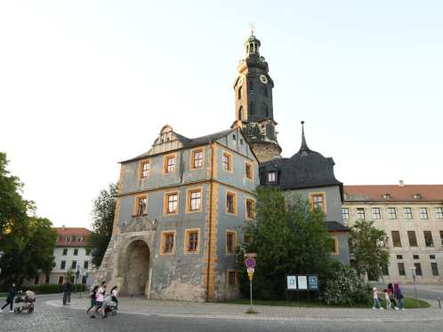 Schloss mit Turm und Tor