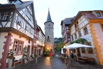 Altstadtgasse mit Turm und Fachwerkhaus