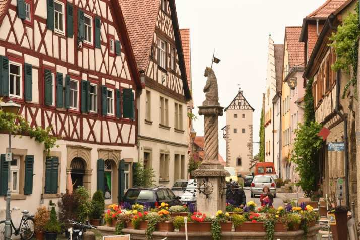 Historisches Städtchen mit Fachwerk und Brunnen