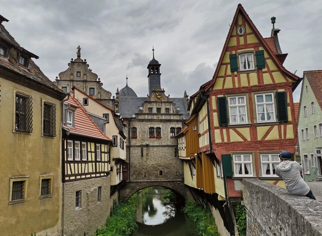 fachwerkstädtchen mit Bach und Häuserbrücke