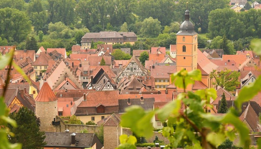 Blick auf ein Dorf in den Weinbergen