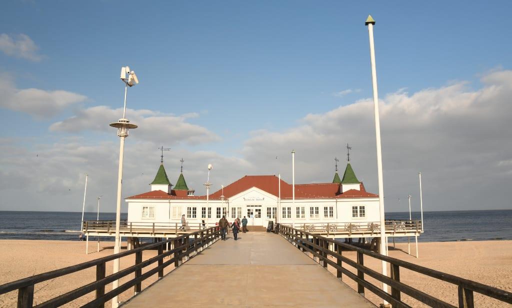 Weißes Gebäude an einer Seebrücke