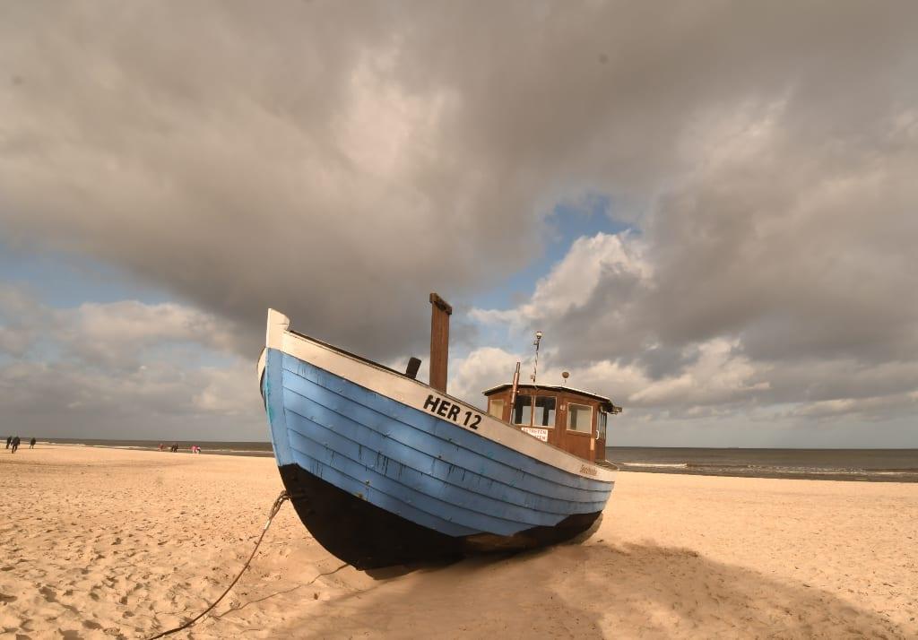 Blaues Boot an einem Strand