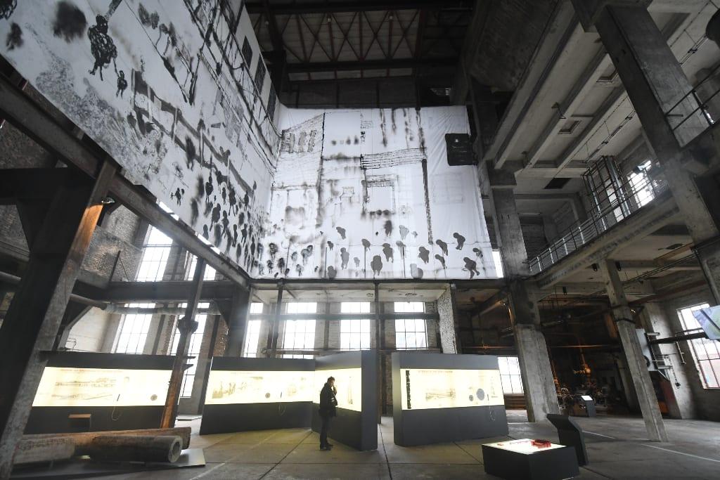 Industriehalle mit Ausstellungstafeln