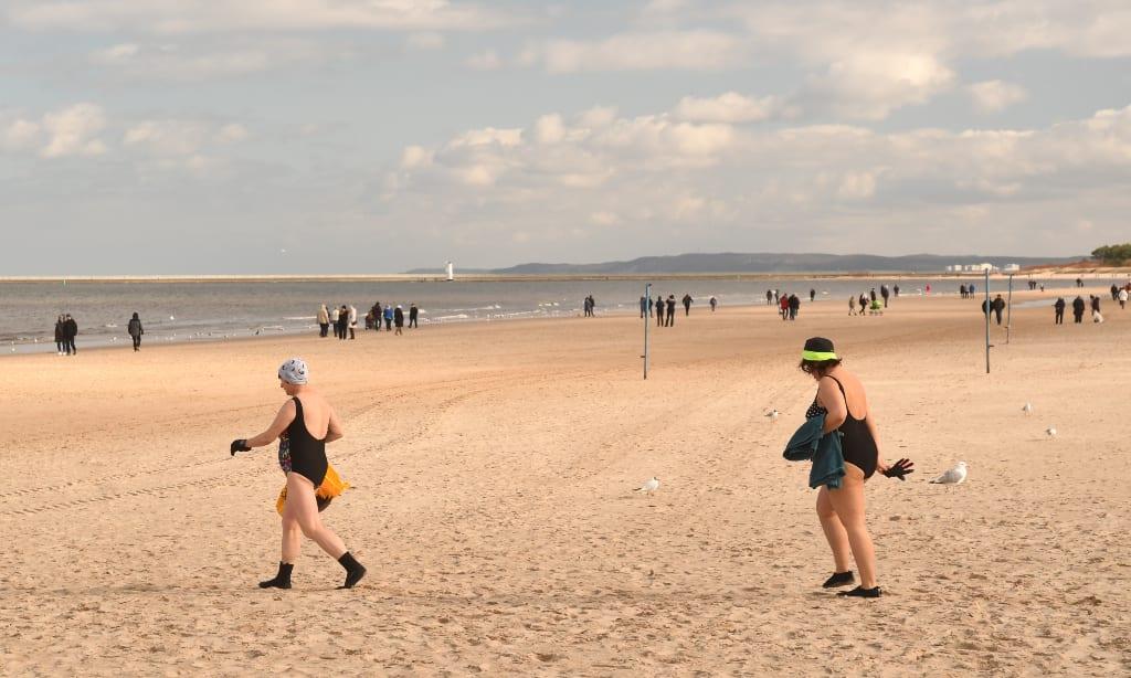 Frauen im Badeanzug an einem winterlichen Strand