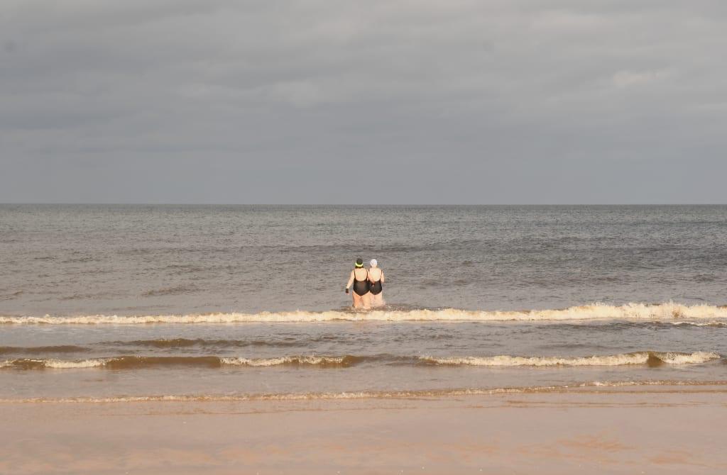 Zwei Frauen im Badeanzug im winterlichen Meer