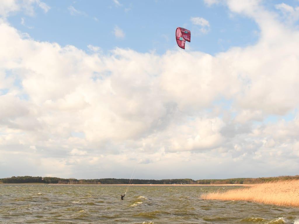 Kiter über welligem Wasser