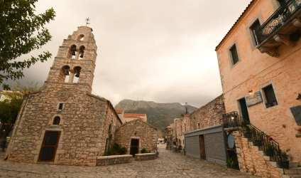 Natursteinkirche einer schönen Altstadt bei schlechtem Wetter