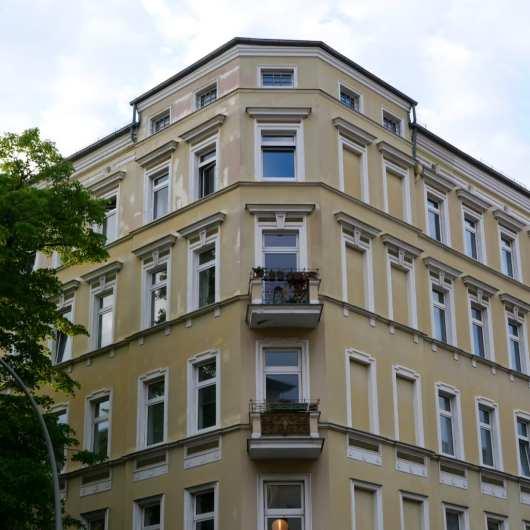 Eckfassade eines gelben Stuckaltbaus