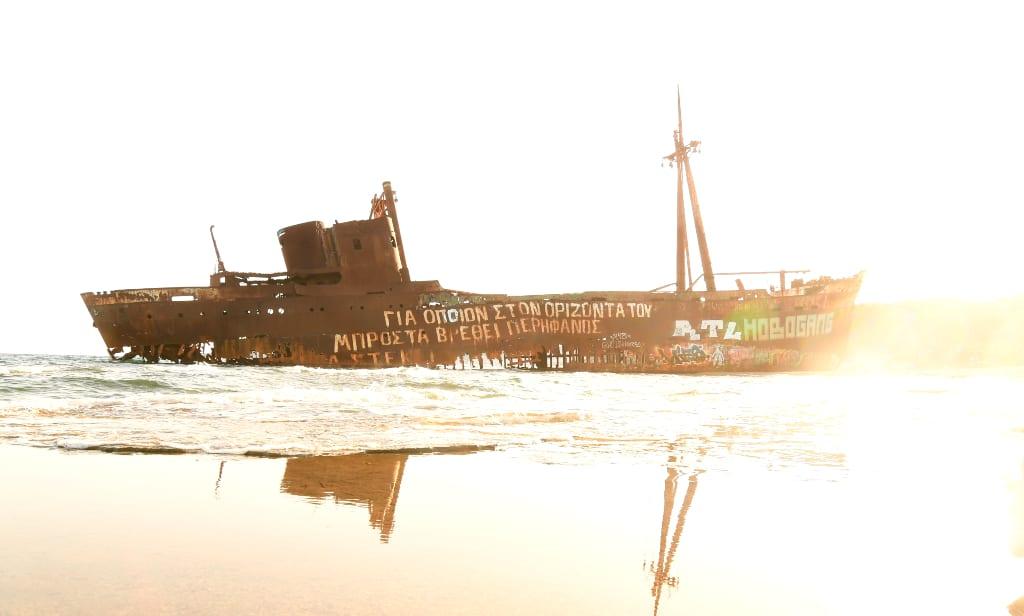 Verrostetes Schiffswrack spiegelt sich im Wasser