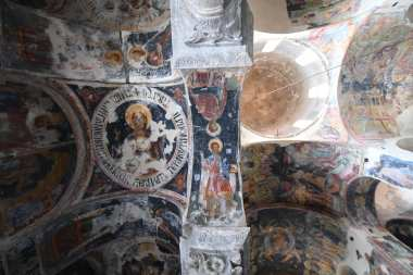 Gut erhaltene Fresken Grundfarbe Schwarz