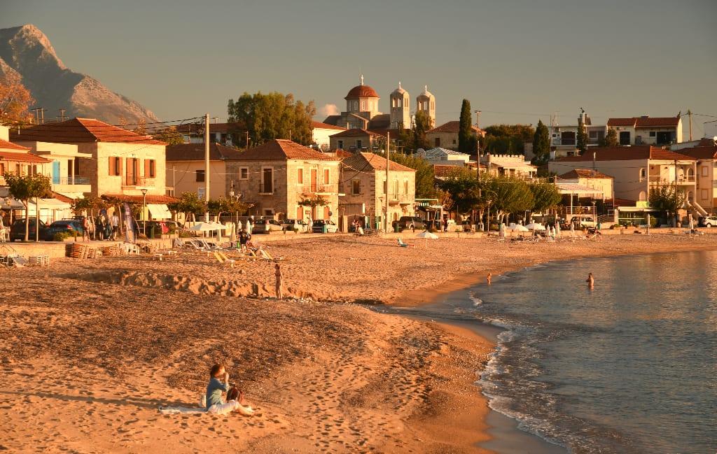 Strand mit Dorf dahinter