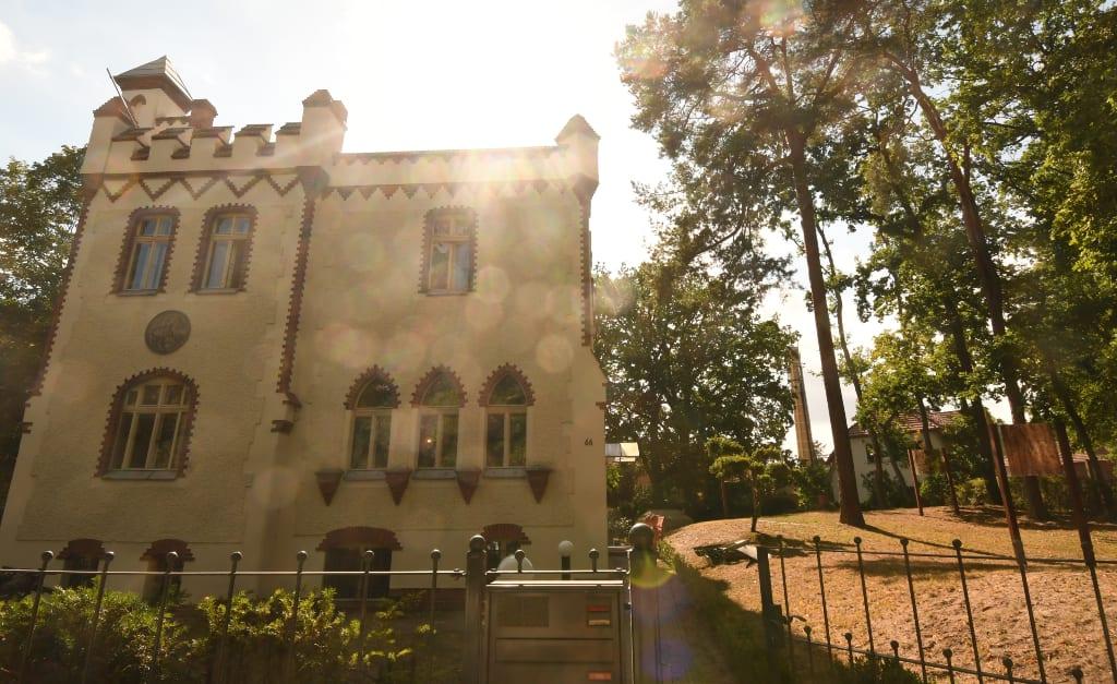 Villa mit Zinnen im Gegenlicht