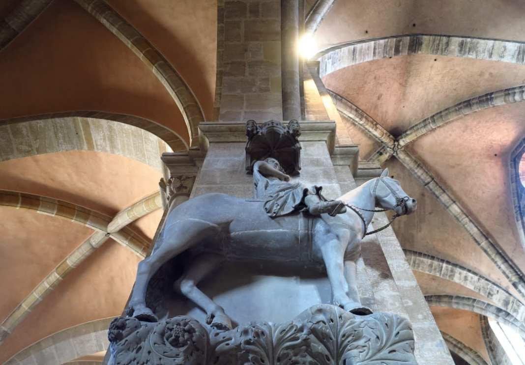 Reiterstatue in einer Kirche