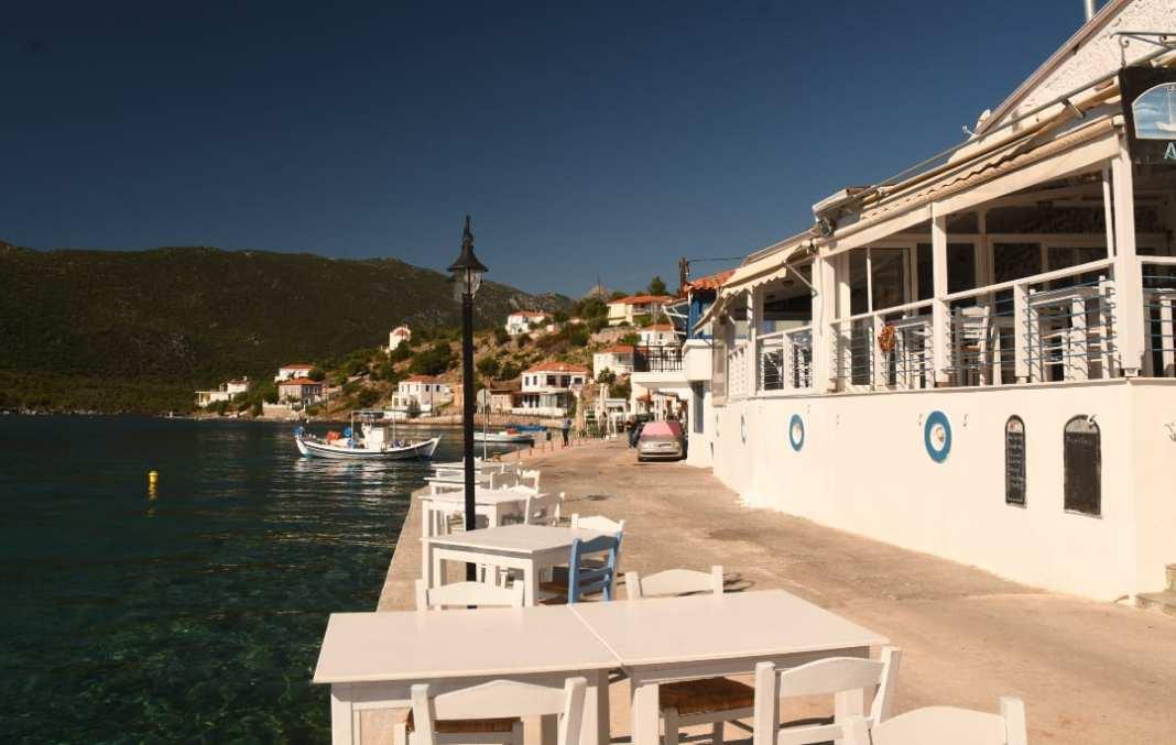 Griechisches Dorf mit Tavernen am Meer