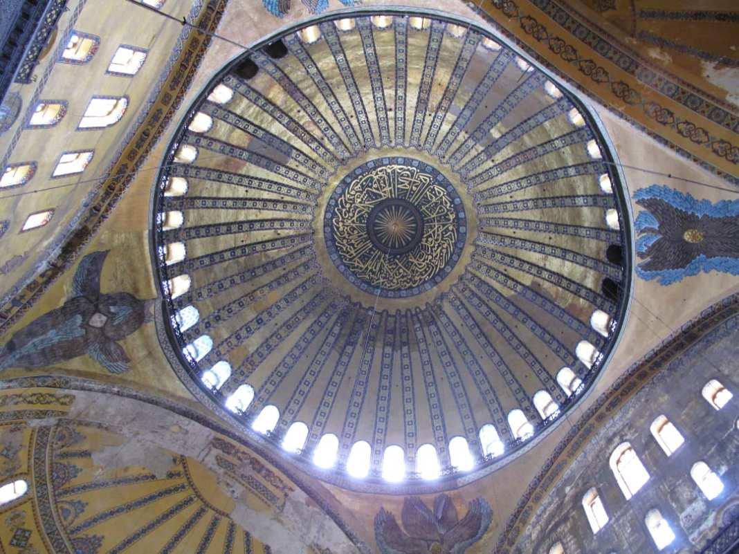 Engel und eine Kirchenkuppel von unten