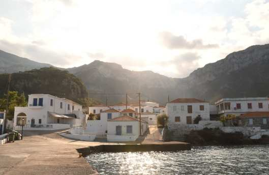 Weißes Dorf zwischen Meer und Bergen