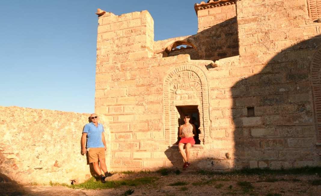 Paar vor ruinösem Mauerwerk