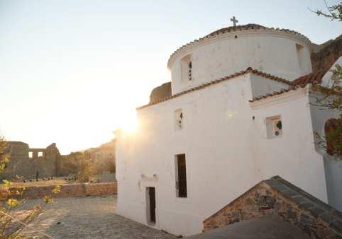 weißgetünchte orthodoxe Kirche im Gegenlicht