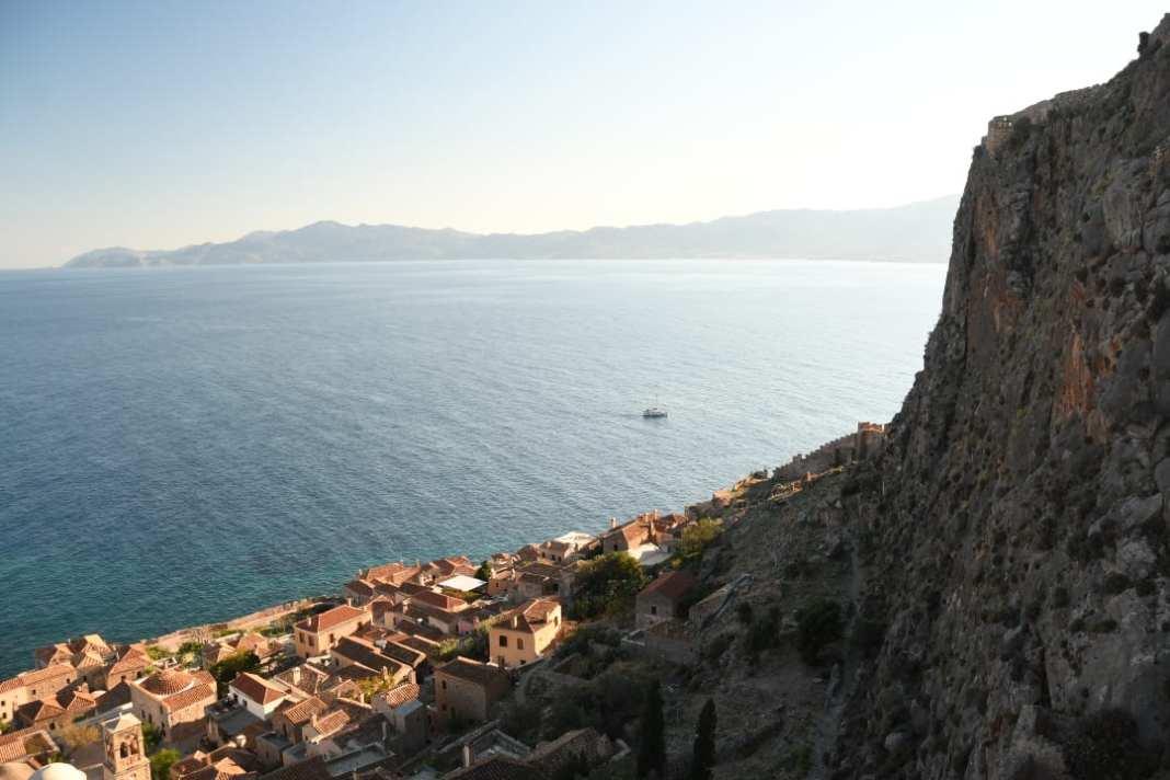 Blick über eine Stadt zwischen Fels und Meer